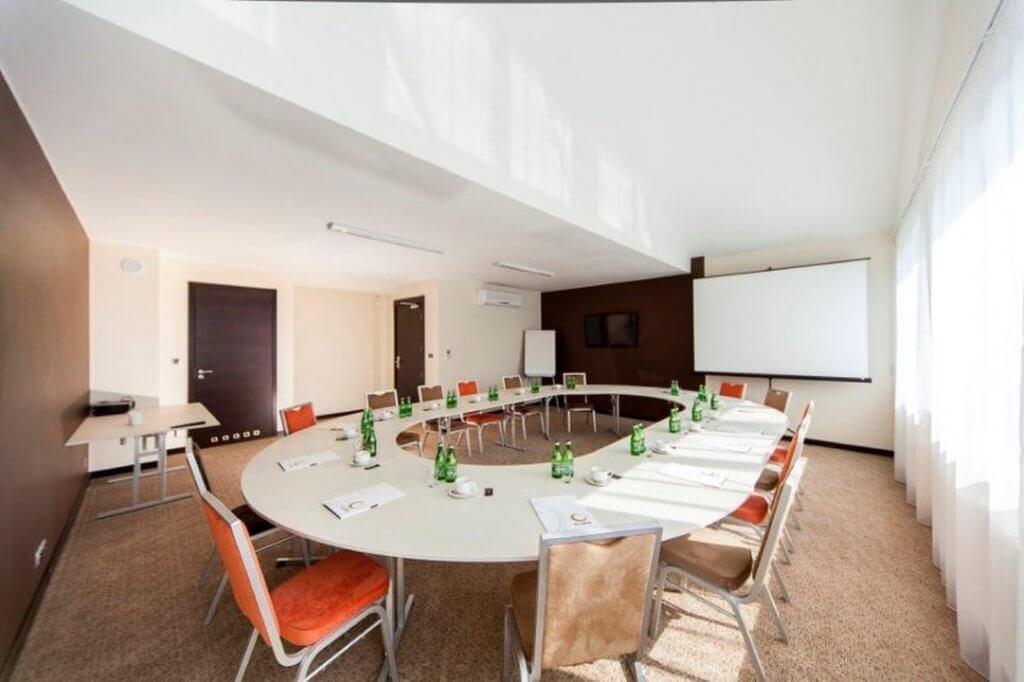 Jak wybrać odpowiedni stół na konferencję