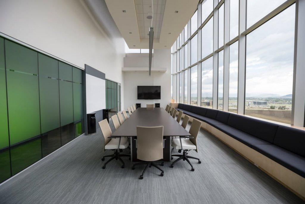 Stół a sala konferencyjna w firmie