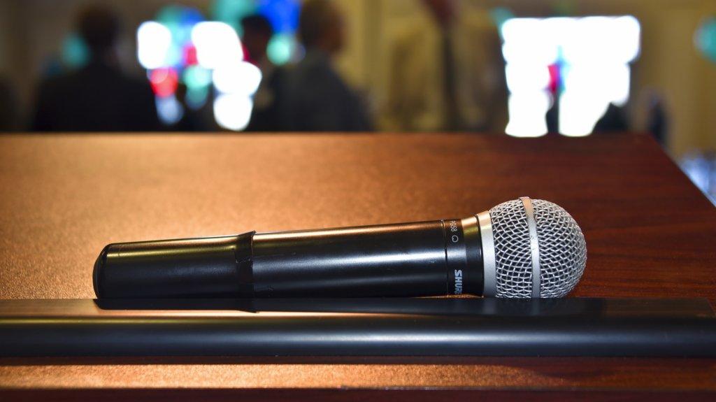 Mównica na sali konferencyjnej. Konieczność czy zbędny luksus?