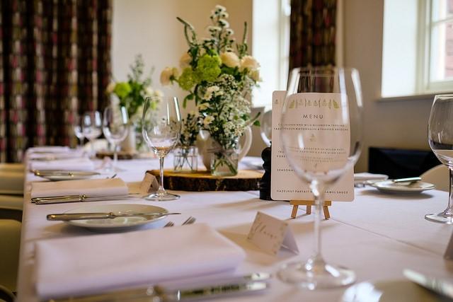 Taktyka i dyplomacja, czyli jak usadzić gości weselnych, by każdy był zadowolony