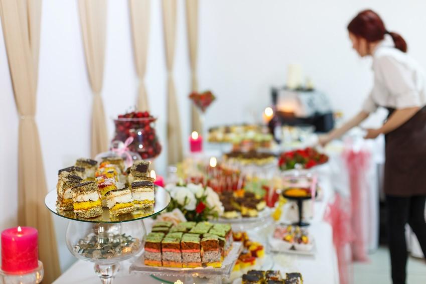 Lampka wina, aperitif, cocktail party i przyjęcie bufetowe – jak przygotować salę na bankiety stojące?