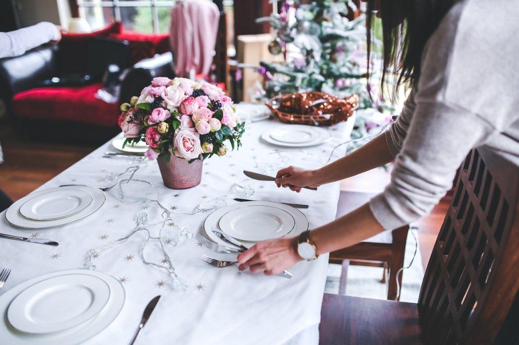 Karnawałowy wystrój stołu bankietowego
