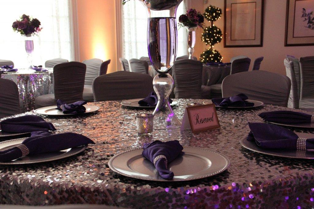 Rozkładane stoły bankietowe – dlaczego warto?